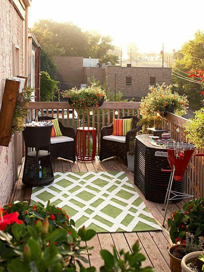 pour-bien-aménager-le-balcon-poser-un-tapis-d-extérieur-coloré-vert-blanc