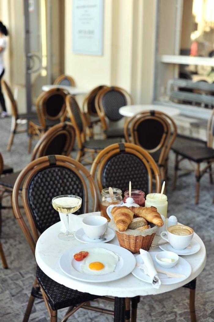 prendre-un-petit-dejeuner-à_paris-sur-la-rue-dans-un-coffee-parisien-avec-tables-et-chaises-d-exterieur