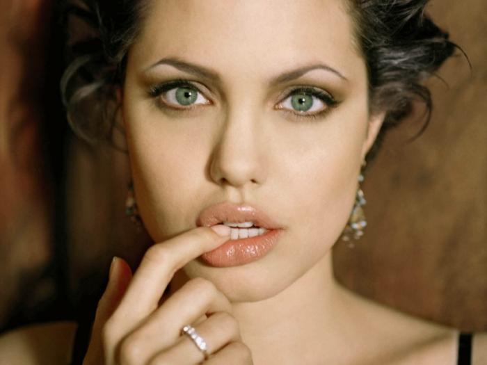 quel-maquillage-pour-les-yeux-verts-idées-pour-tous-les-jours-angelina-jolie-levres-resized