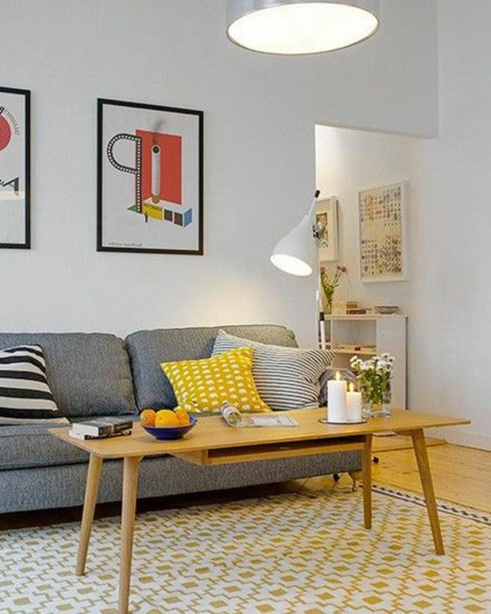 quel-tapis-choisir-pour-le-salon-canapé-gris-avec-coussins-colorés-et-peintures-muraux
