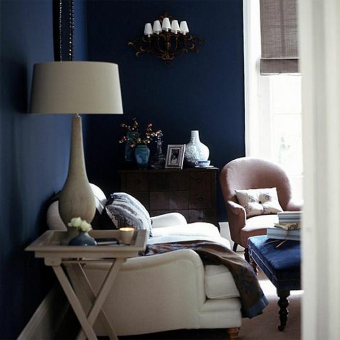 quelle-peinture-choisir-pour-les-murs-dans-le-salon-de-couleur-bleu-foncé-et-meubles-beiges