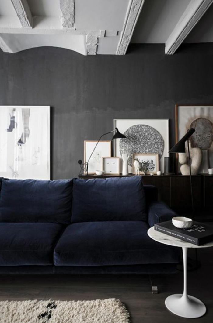 quelle-peinture-satiné-choisir-pour-le-salon-avec-canape-bleu-fonce-et-tapis-beige