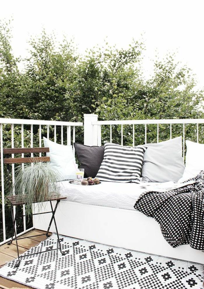 rambard-balcon-blanc-avec-meubles-blancs-et-tapis-d-extérieur-blanc-noir