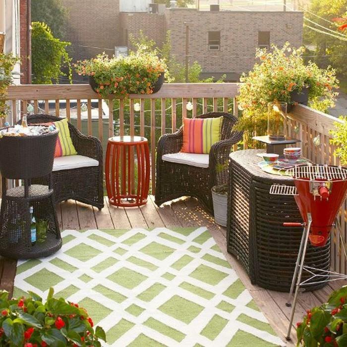 rambarde-balcon-avec-barbeque-et-meubles-en-rotin-tapis-d-exterieur-belle-vue