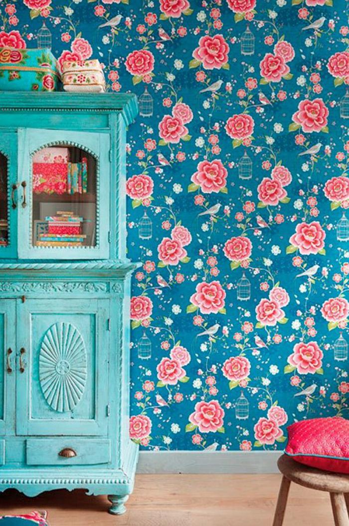 relooker-des-meubles-buffet-peint-bleu-et-mur-floral
