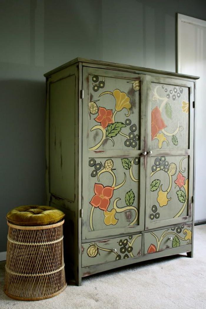 relooker-des-meubles-jolis-motifs-floraux-sur-une-commode