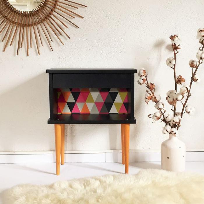 relooker-des-meubles-petit-meuble-relooké-avec-des-prints-géométriques