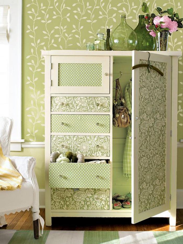 relooker-des-meubles-petite-armoire-tapissée-avec-papier-peint