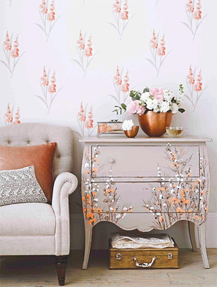 relooker-des-meubles-petite-commode-vintage-avec-jolies-fleurs