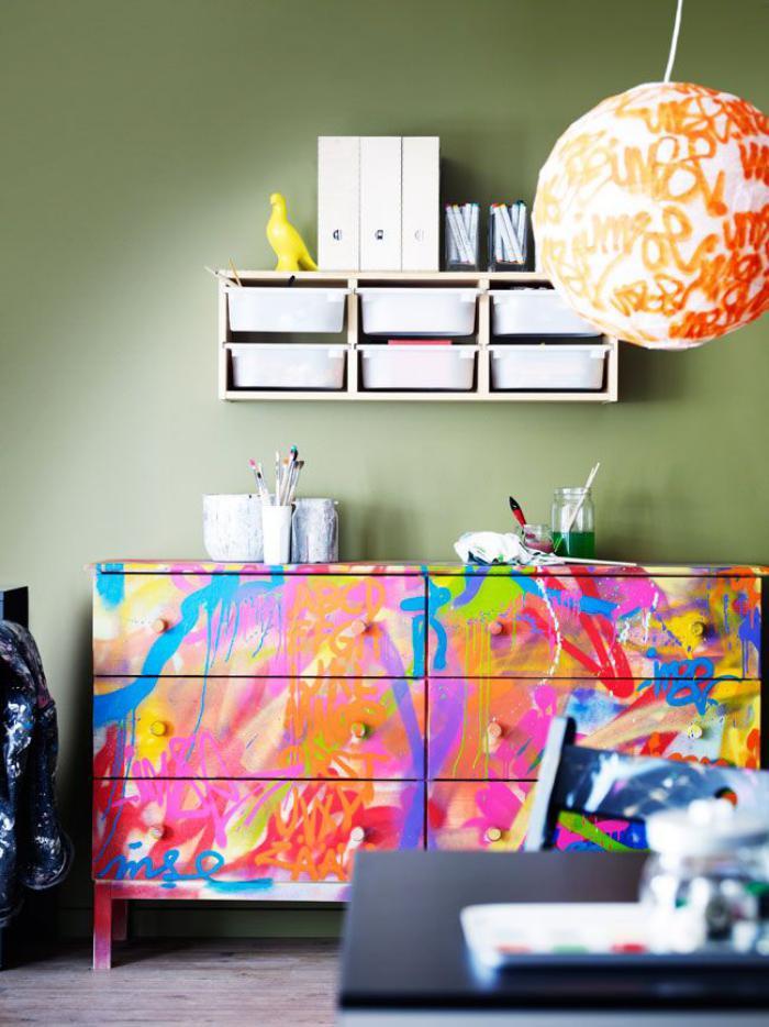 relooker-des-meubles-repeindre-un-meuble-avec-des-couleurs-vives