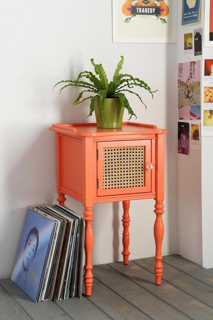 relooker-des-meubles-table-de-chevet-relookée-en-orange