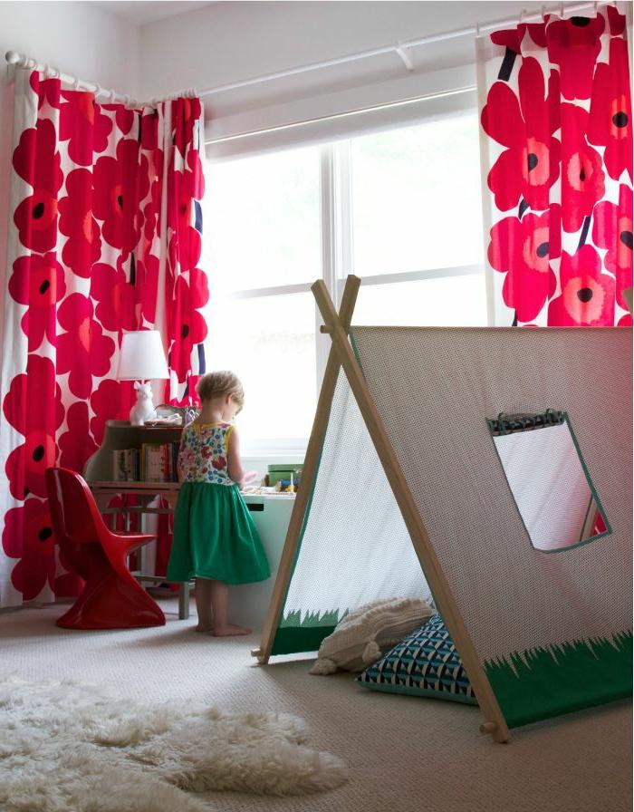Idee Chambre Pour Ado : rideaux à motifs florales dans la chambre denfant avec tapis blanc