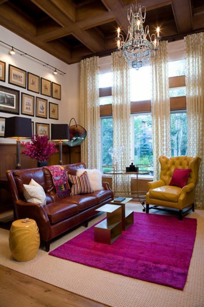rideau-voilage-à-motifs-dans-le-salon-avec-un-tapis-rose-foncé-et-moquette-beige