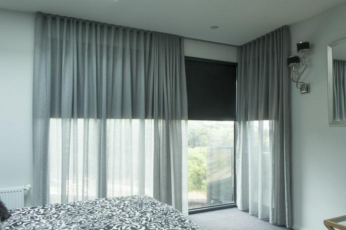 rideau-voilage-gris-dans-la-chambre-à-coucher-avec-rideaux-longs-gris-moquette-gris