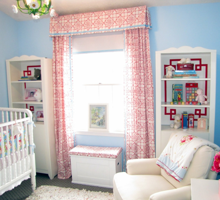 rideaux-voilage-enfant-blanc-rouge-dans-la-chambre-d-enfant-avec-fauteuil-beige
