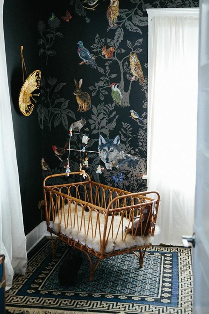 rideaux-voilage-enfant-blancs-dans-la-chambre-bebe-avec-un-lit-bebe-en-bois