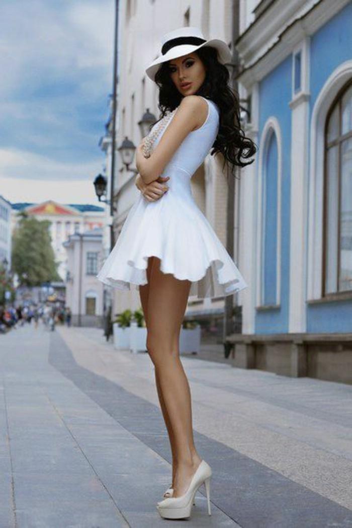 robe-cocktail-court-blanche-pour-les-femmes-fatales-talons-hauts-beiges