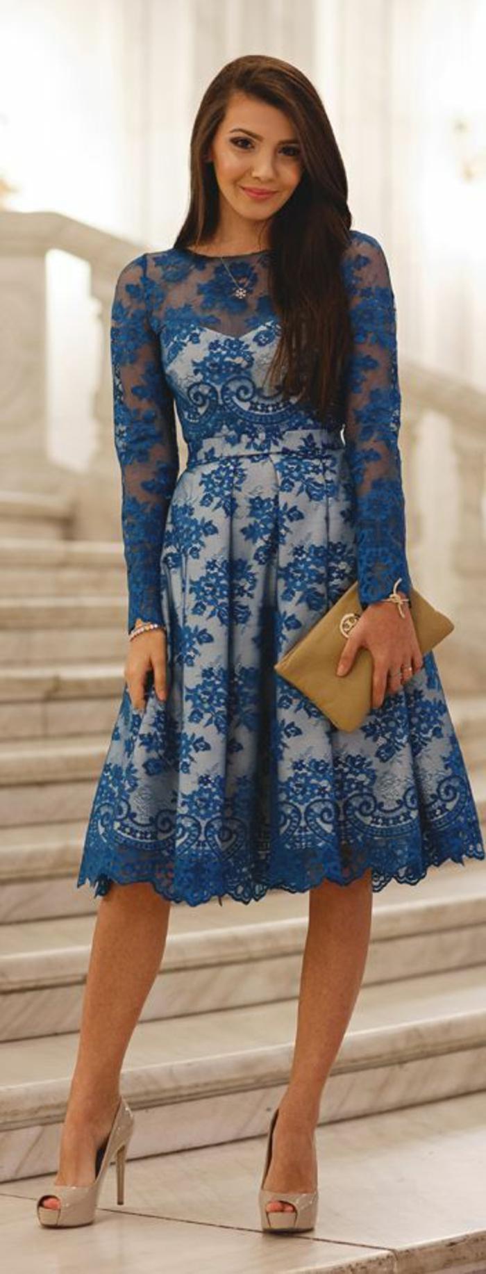 robe-de-soire-pas-cher-bleu-en-dentelle-avec-petit-sac-beige-talons-hauts-noires