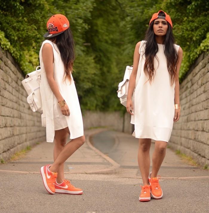 robe-fluide-et-droite-comment-accessoiriser-tenue-en-blanc-avec-baskets
