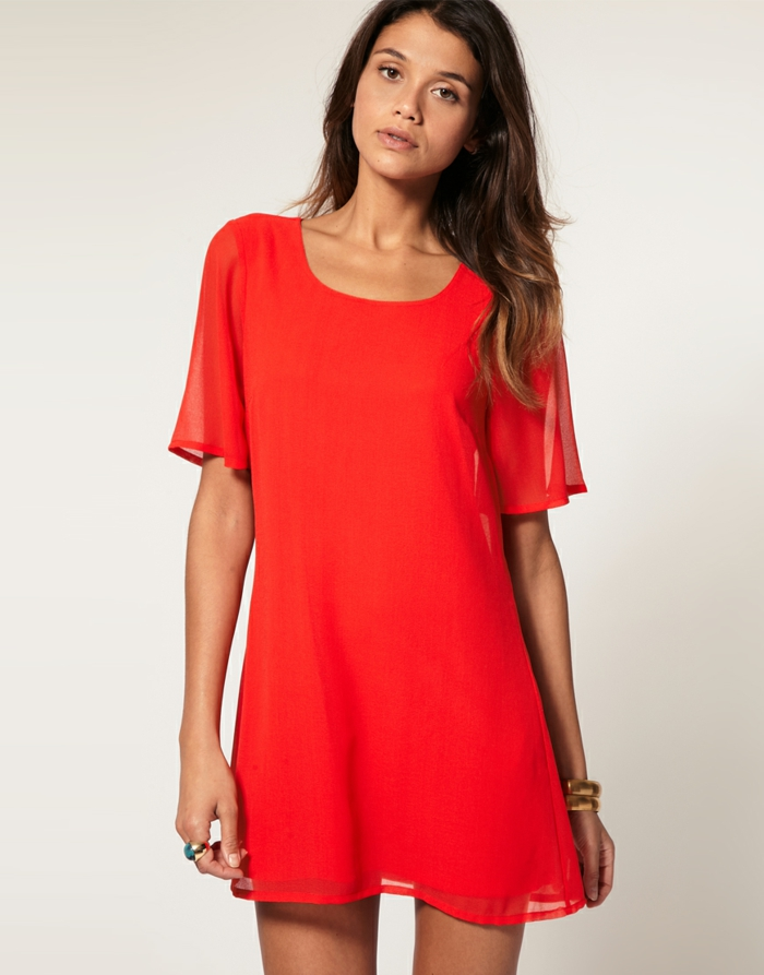 robe-fluide-et-droite-comment-accessoiriser-tenue-robe-rouge-courte-flottante