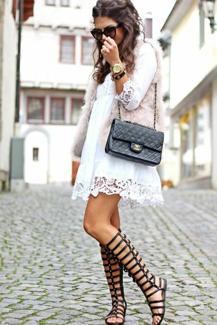 robe-fluide-et-droite-comment-accessoiriser-tenue-s-habiller-bien-sandales-gladiateur