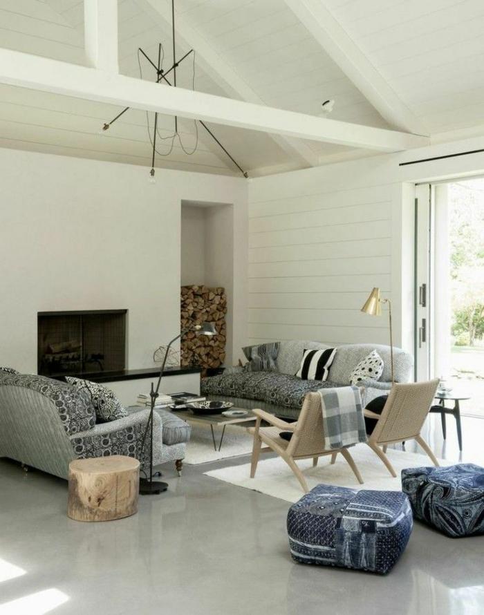 salon-avec-meubles-gris-et-sol-en-béton-ciré-gris-plafond-sous-combles-et-fenetres-grandes