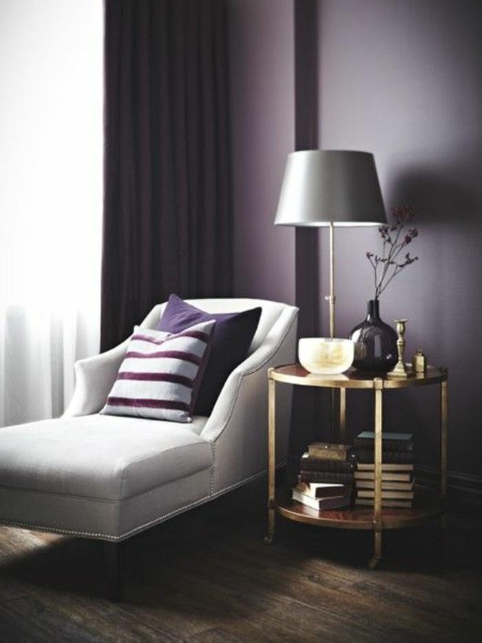 salon-avec-mur-avec-peinture-satiné-violet-et-sol-en-parquette-foncé