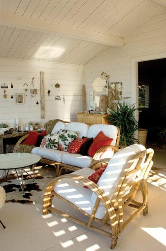 salon-avec-plafond-sous-pente-avec-meubles-en-bambou-clair-pour-le-salon