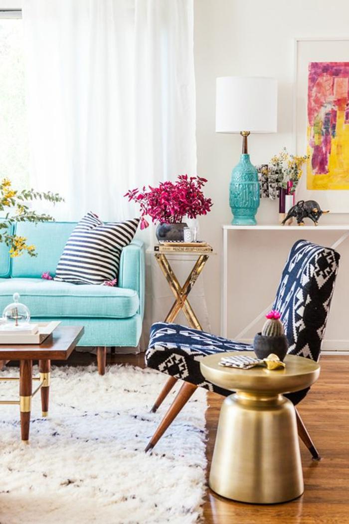 salon-bien-décorer-avec-fleurs-et-avec-beaucoup-de-couleurs-tapis-blanc-lampe-bleu-canapé-bleu