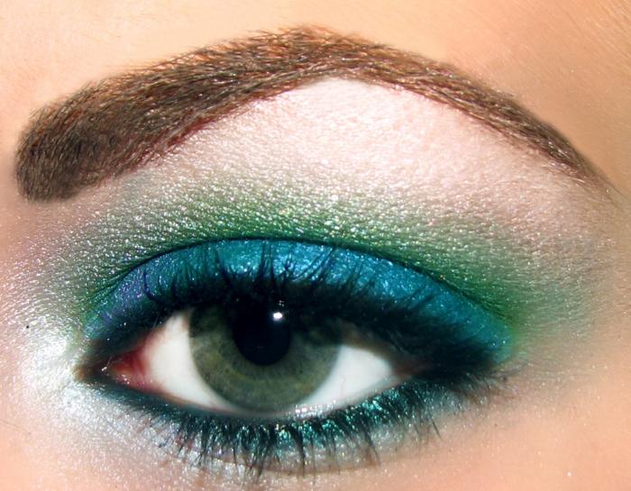 se-maquiller-avec-ombres-maquillage-yeux-bleu-vert-eyeliner-ombres-à-paupières-resized
