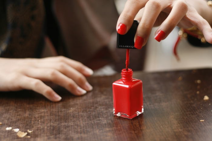 soigner-ses-mains-vernis-a-ongle-semi-permanent-rouge-laqueur-resized