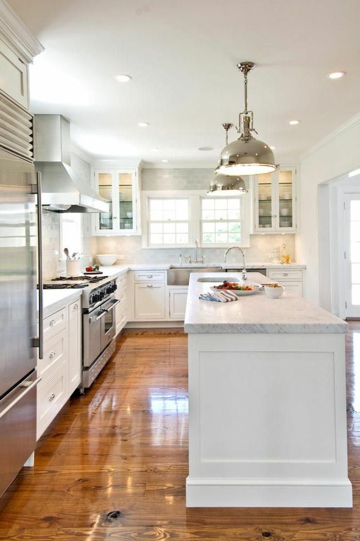 sol-en-parquette-foncé-pour-les-cuisines-blanches-cuisine-blanche-laquéе-meubles-conforama
