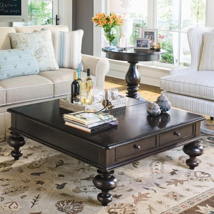 table-basse-avec-tiroir-pieds-ornés-sofas-claires