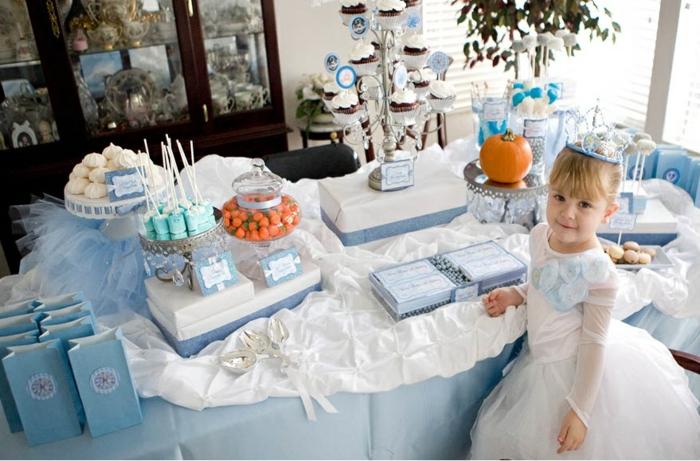 table-cendrillon-disney-cinderella-idées-déco-anniversaire-fille-gâteau-robe-de-princesse-belle-fille-princesse