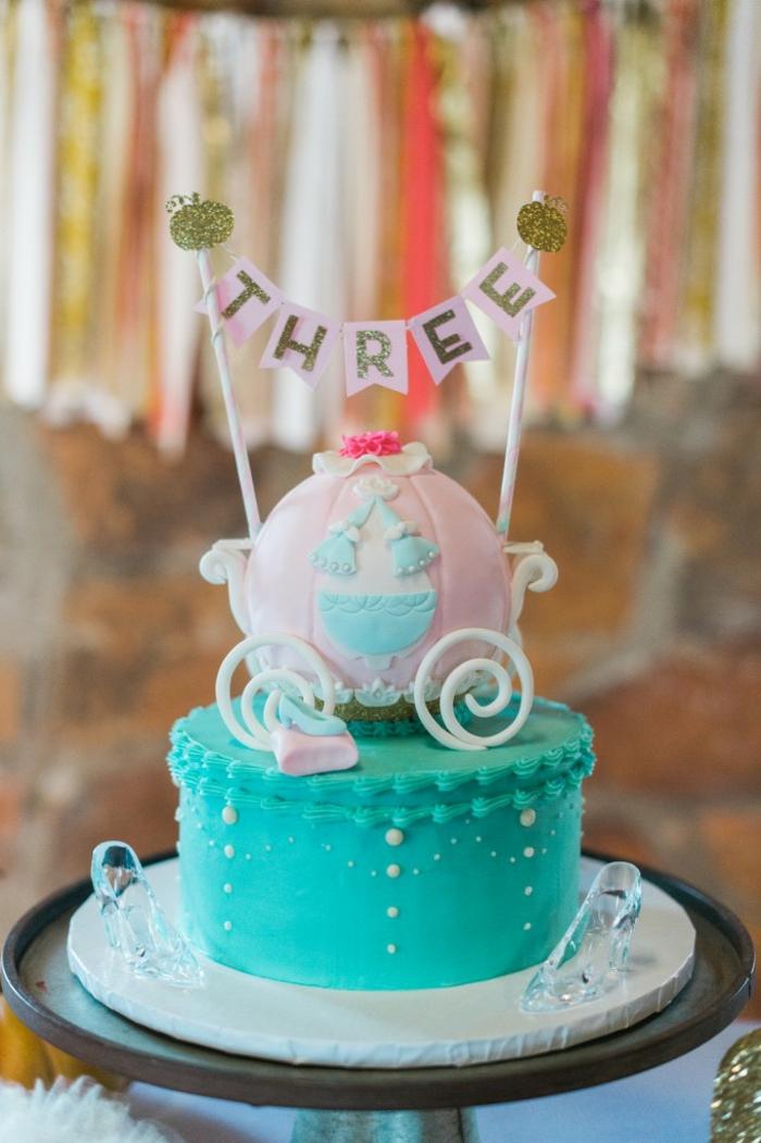 table-cendrillon-disney-cinderella-idées-déco-anniversaire-fille-gâteau-robe-de-princesse-gâteau-trois-ans
