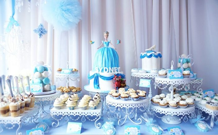table-cendrillon-disney-cinderella-idées-déco-anniversaire-fille-gâteau-robe-de-princesse-idée-déco