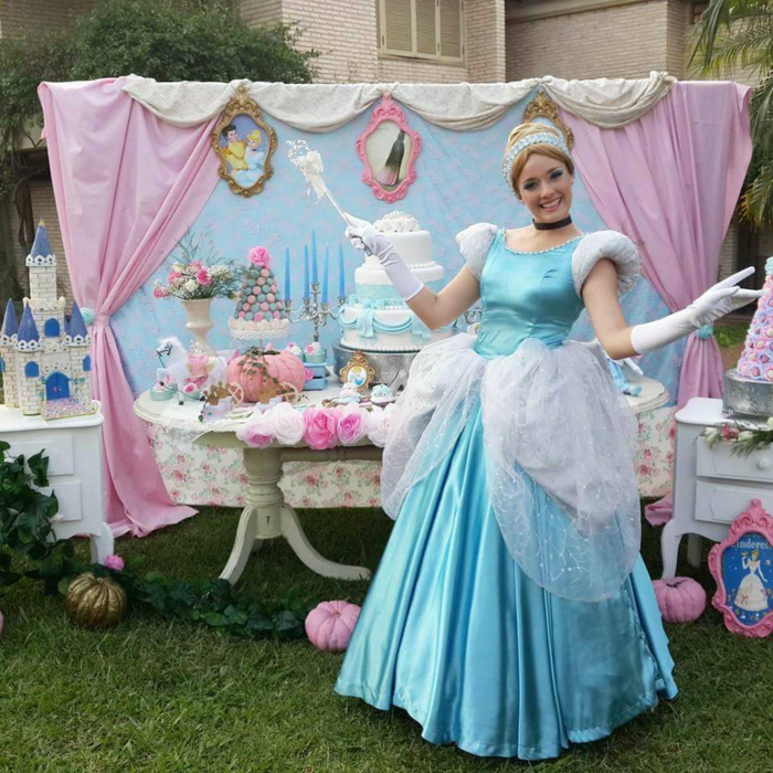 table-cendrillon-gâteau-anniversaire-fille-deco-rose-et-bleu-claire-cinderella-robe-réel-femme-actresse