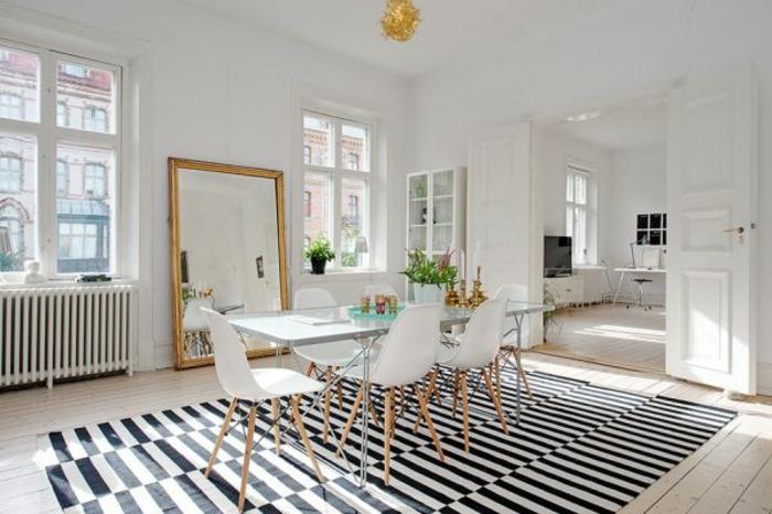 tapis-à-rayures-blanches-noirs-dans-la-salle-de-séjour-blanche-et-fenetres-grandes