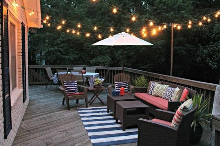 tapis-d-extérieur-a-rayures-blanches-et-bleus-pour-la-terrasse-devant-la-maison
