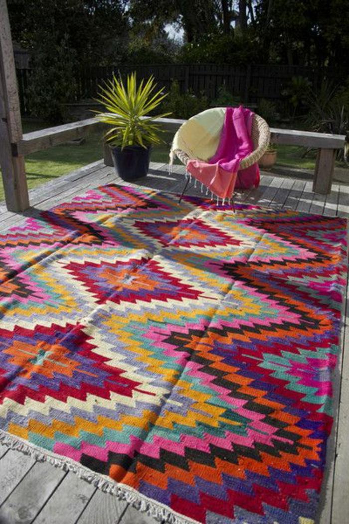 tapis-d-extérieur-a-rayures-colorés-pour-la-terrasse-devant-la-maison