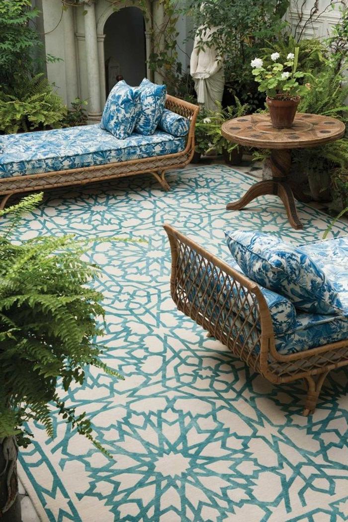 tapis-d-extérieur-beige-et-bleu-pour-l-extérieur-dans-le-jardin-avec-table-d-extérieur