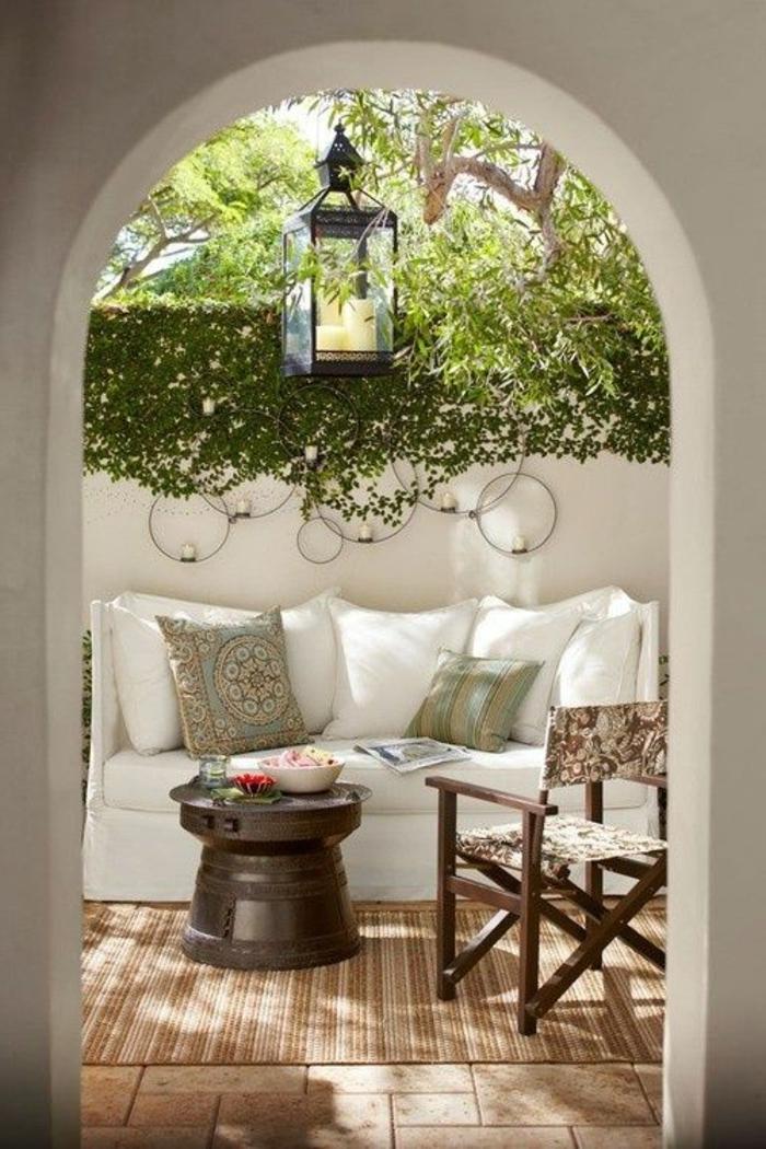 tapis-d-extérieur-beige--pour-l-extérieur-dans-le-jardin-avec-table-d-extérieur-en-bois-massif