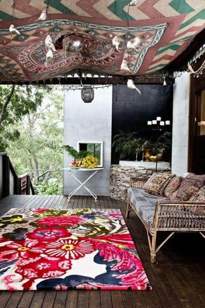 tapis-d-extérieur-pour-la-terrasse-d-extérieur-dans-le-jardin-moderne-avec-sol-en-planchers