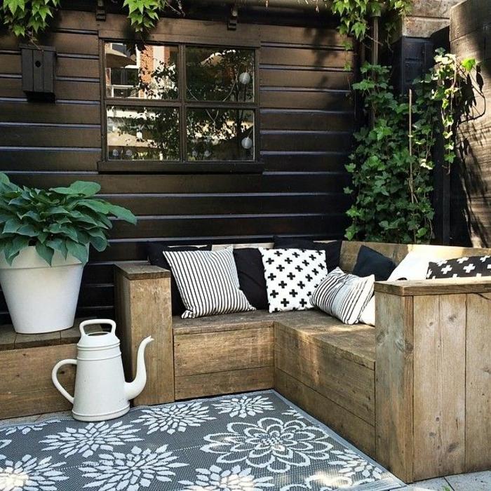 tapis-d-extérieur-sur-le-sol-dans-le-jardin-decoration-salon-de-jardin-pas-cher-devant-la-maison