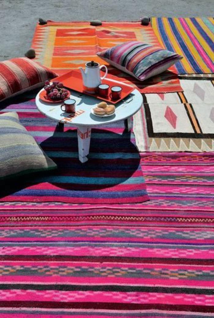 tapis-d-extérieur-sur-le-sol-dans-le-jardin-decoration-salon-de-jardin-pas-cher