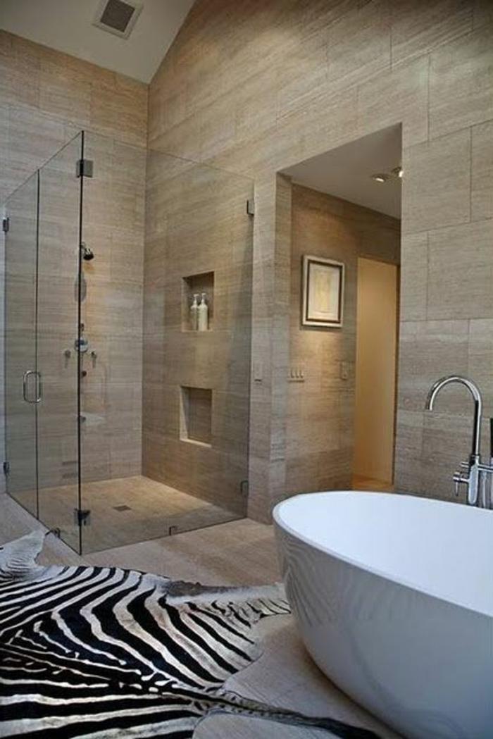 tapis-de-salle-de-bain-en-peau-d-animal-zebre-avec-murs-de-couleur-taupe
