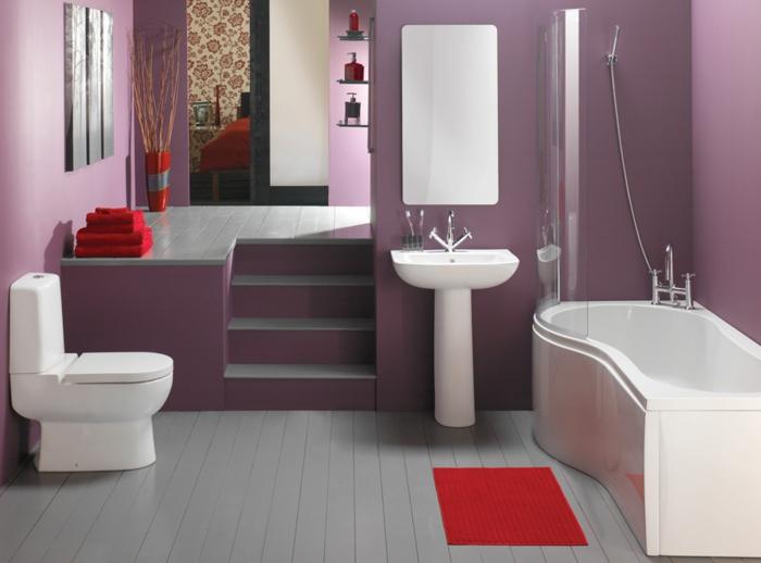 tapis-de-salle-de-bain-rouge-avec-un-sol-en-planchers-gris-murs-violets-miroir-moderne