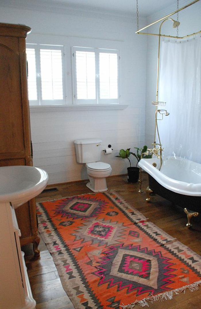 tapis-de-salle-de-bain-rouge-sol-en-parquette-foncé-dans-la-salle-de-bain-avec-baignoire