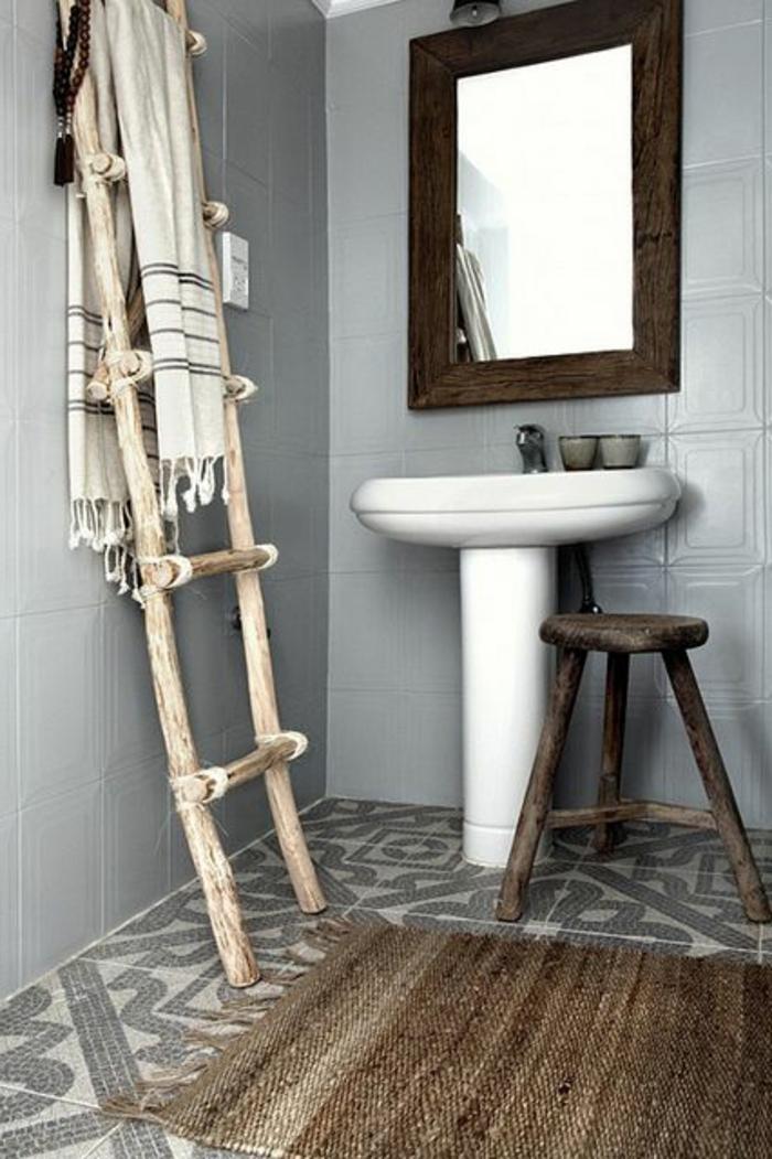 tapis-ikéa-en-rotin-pour-la-salle-de-bain-avec-murs-gris-et-carrelage-gris