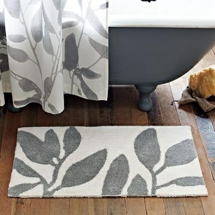 tapis-ikéa-pour-la-salle-de-bain-avec-une-baignoire-grise-et-sol-en-planchers-en-bois